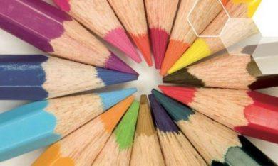 potloden wijzen naar elkaar