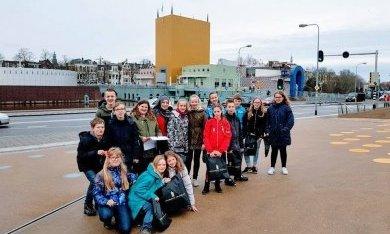 groepsfoto van deelnemers van de Weekendschool Oldambt bij hun excursie voor het Groninger Museum