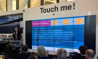 Jet van der Meer geeft een presentatie tijdens de bijeenkomst over nazorg