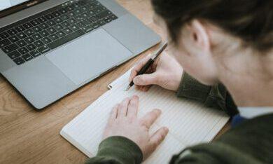 jonge vrouw aan het studeren
