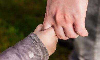 kinderhand aan de hand ouder