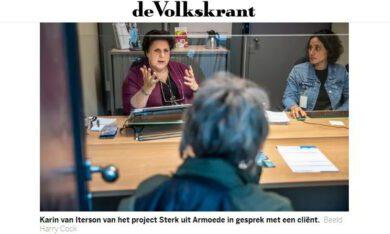 Karin van Iterson van het project Sterk uit Armoede in gesprek met een cliënt.Beeld Harry Cock via De Volkskrant
