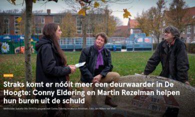 Foto uit het Dagblad van het Noorden, Wethouder Isabella Diks (links) in gesprek met Conny Eldering en Martin Rezelman. Foto: Jan Willem van Vliet