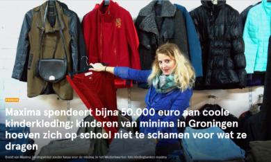 vrouw kiest kleding uit bij de winkel van Kledingbank Maxima