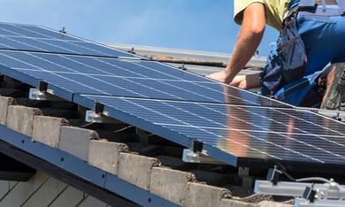 man plaatst zonnepanelen in groningen
